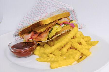 Сэнвич-клаб с беконом и яйцом