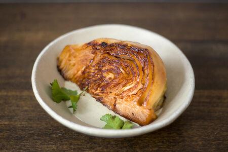 Печеная капуста в соусе из голубого сыра