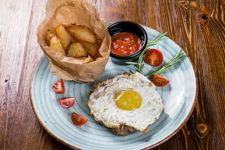 Бифштекс из говядины с картофелем