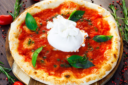 Пицца с нежной бурратой и соусом наполи