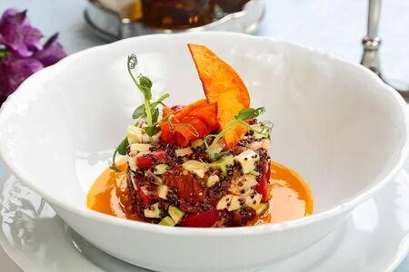 Салат с креветками и свежей клубникой