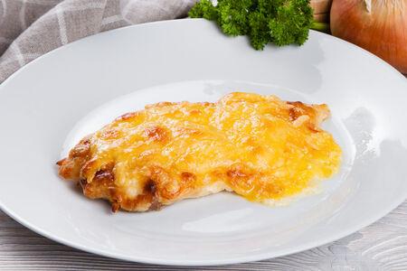 Куриное филе запеченное с луком и сыром