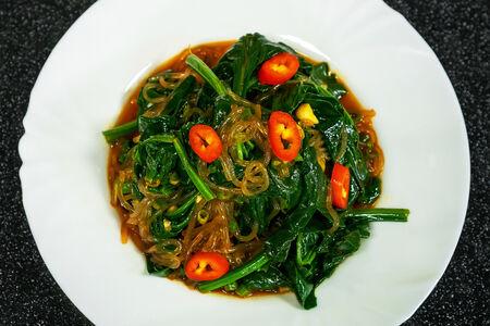 Салат из шпината с фунчозой
