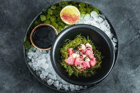 Тартар из тунца с водорослями тасака и соусом баджи