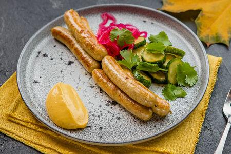Домашние колбаски из кролика с маринованными огурцами и горчичным соусом