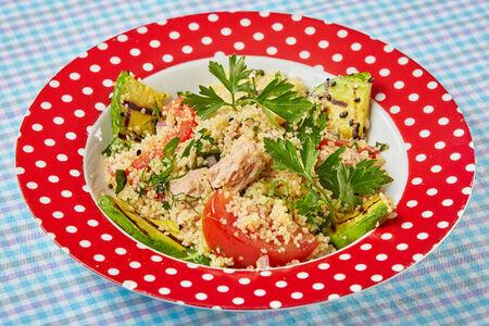Салат с тунцом и жареным авокадо