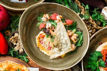Салат с креветками и помелло