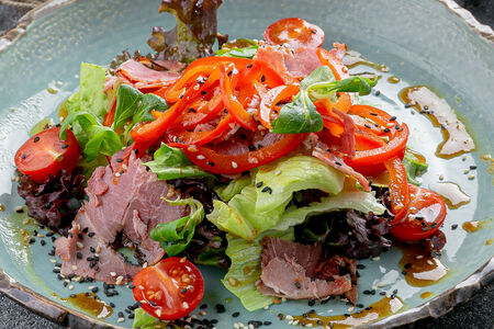 Салат с копченой свининой и болгарским перцем