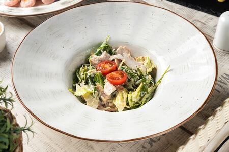 Салат с копченой грудкой и беконом