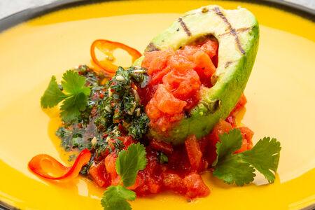 Авокадо со спелыми томатами и соусом чимичурри