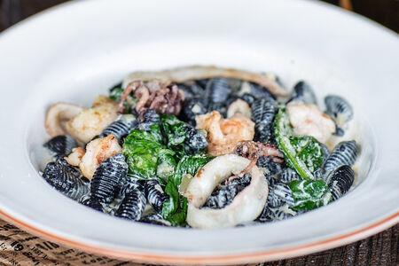 Конкилья со сливочным соусом и морепродуктами