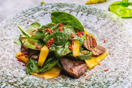 Салат из ростбифа, шпината и тайского манго