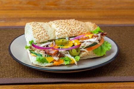 Сэндвич с курицей и беконом