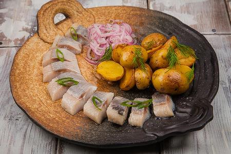 Черноморская сельдь с золотистым картофелем