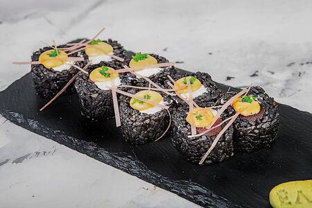 Ролл с лососем и манговым соусом