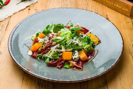 Салат с копченой уткой и сыром дорблю