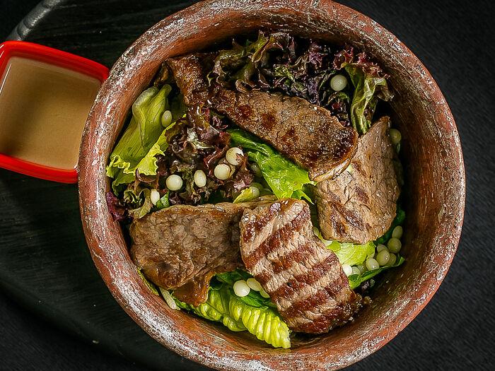Салат с обжаренной на гриле мраморной говядиной