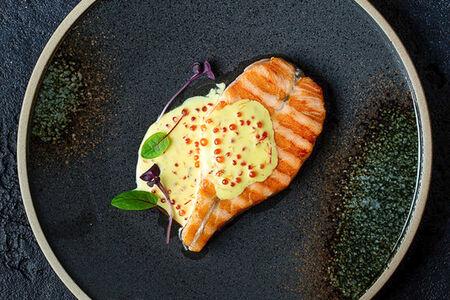 Филе лосося в шафрановом соусе
