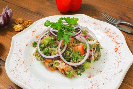 Салат овощной с грецким орехом