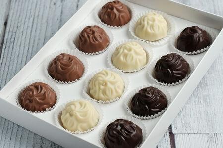 Конфеты Ассорти птифур из черного, белого и молочного шоколада