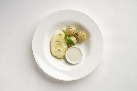 Котлеты из индейки с картофельным пюре и сырным соусом