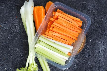 Овощные палочки и соусом тартар