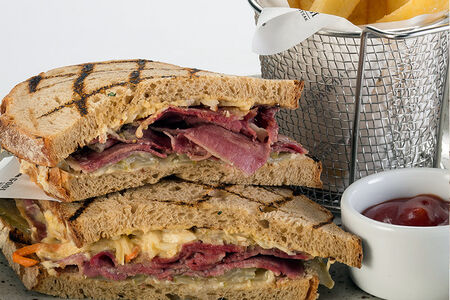 Большой сэндвич с пастрами