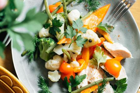 Куриная грудка на пару с овощами