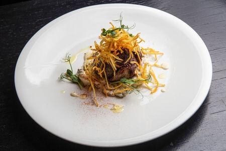 Филе говядины с картофелем пай и с соусом