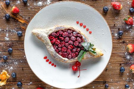 Хачапури Аджарский с творожной начинкой и вишней