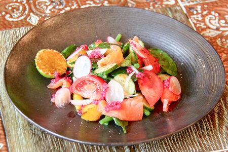 Салат с подкопченным лососем и теплым картофелем