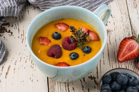 Смузи с семенами чиа, орехами и сезонными фруктами