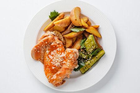 Курица в медово-горчичном соусе с жареным картофелем