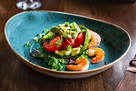 Микс салатов с авокадо и креветками
