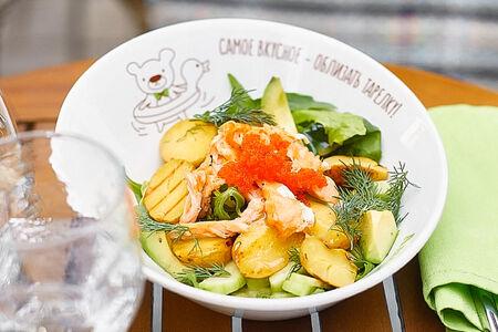 Салат с лососем, авокадо и миксом салатов