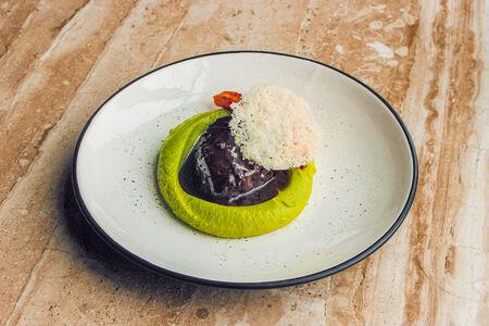 Щёчки говяжьи с зелёным картофельным пюре