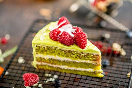 Торт Фисташковый со свежей малиной