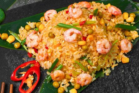 Рис жареный с креветками и овощами