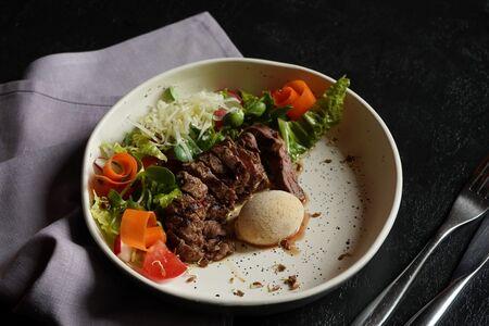Тёплый салат со скёрт - стейком