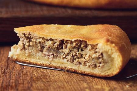 Пирог с говядиной, свининой и капустой