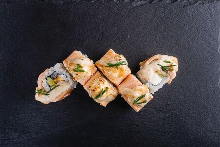 Теплый ролл с креветкой и лососем