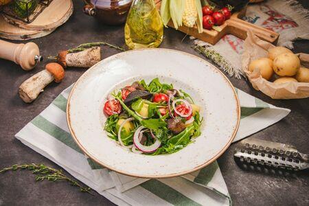 Теплый салат с рукколой и лесными грибами