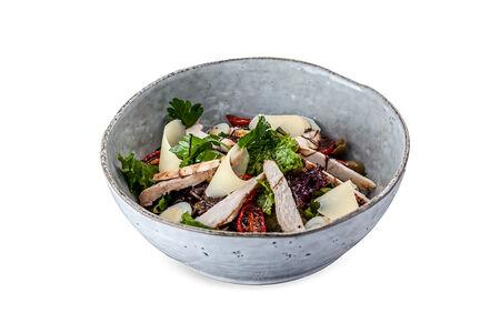 Салат с курицей и вялеными томатами