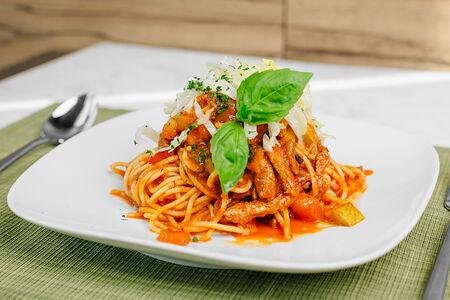 Спагеттини с овощами и мясом в томатном соусе