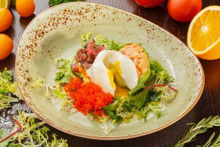 Авокадо с лососем, тунцом и яйцом пашот