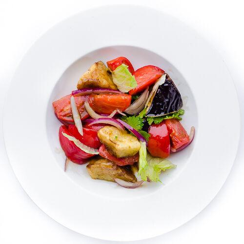 Салат Тёплые баклажаны с томатами и кориандром