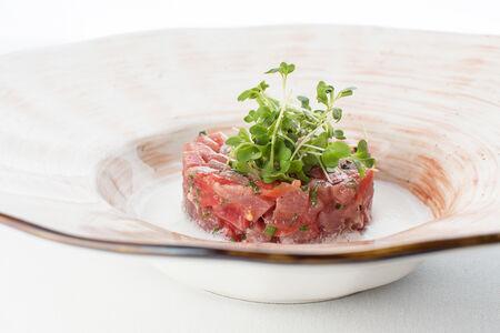 Тартар из тунца с помидорами и йогуртовым соусом