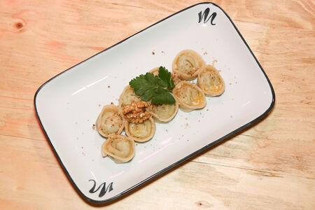 Равиоли со шпинатом и рикоттой под ореховым соусом