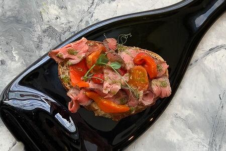 Брускетта Ростбиф и печеные томаты