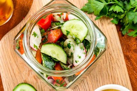 Салат Летние овощи с соусом винегрет